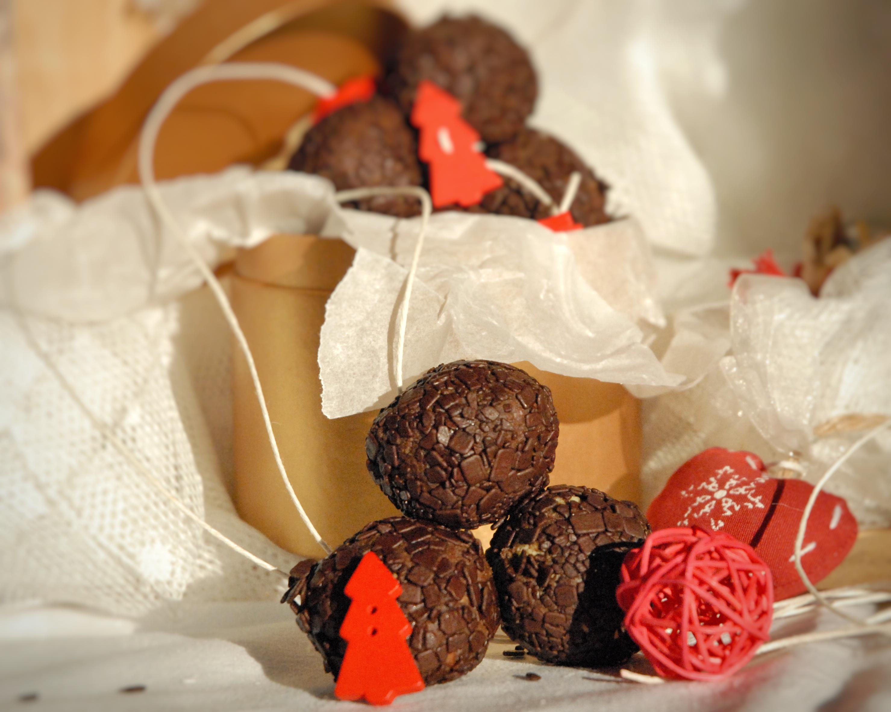 Tartufini di cioccolato, castagne e amarene