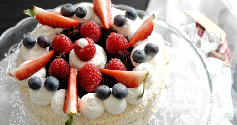 Torta valentina al cocco, cioccolato e frutti rossi