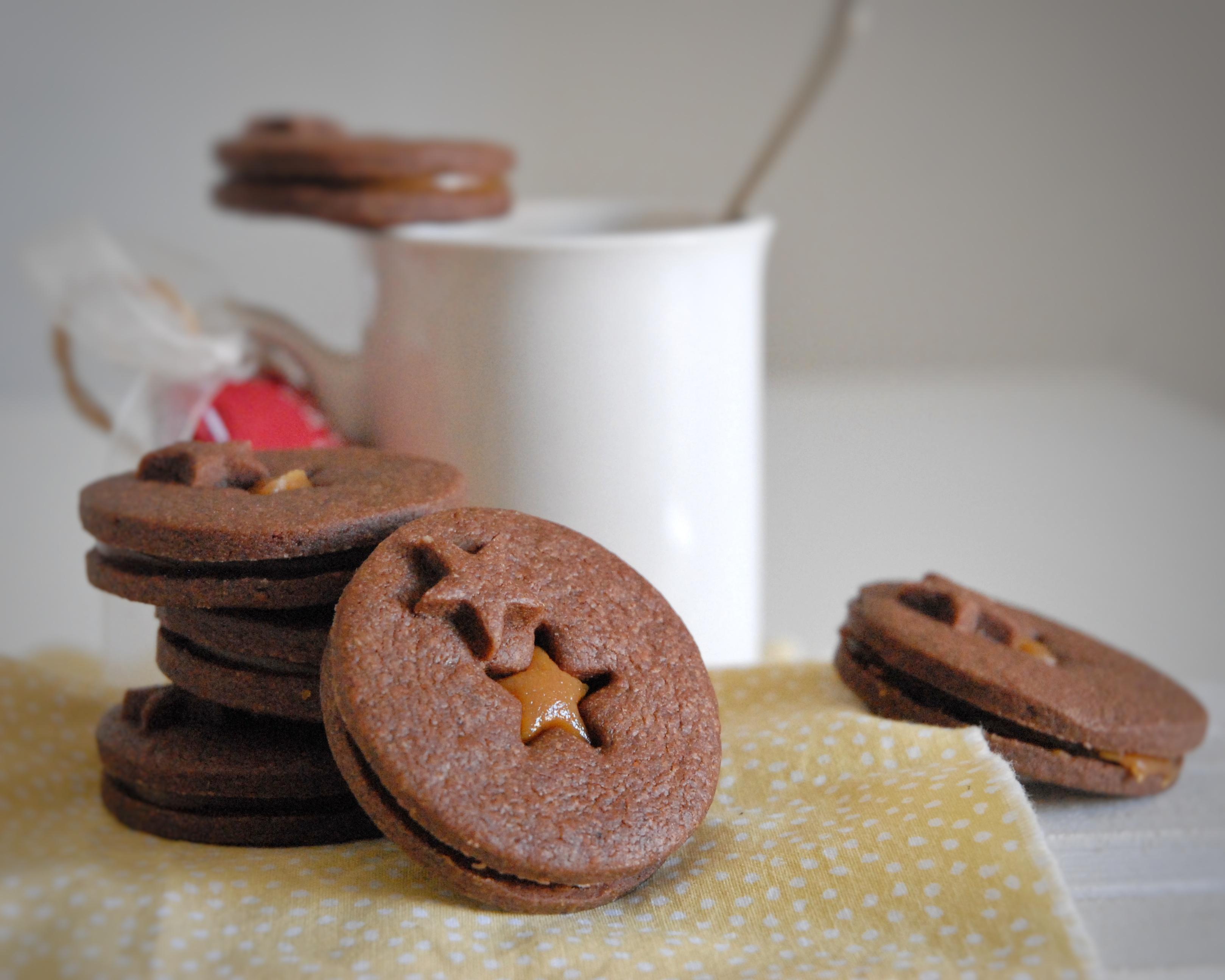 Biscotti sablé al cacao e caramello al burro di arachidi
