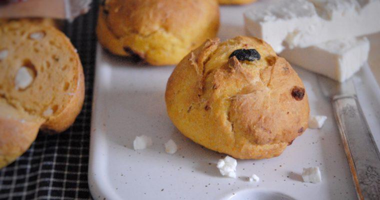 Panini alla zucca con feta, olive e timo