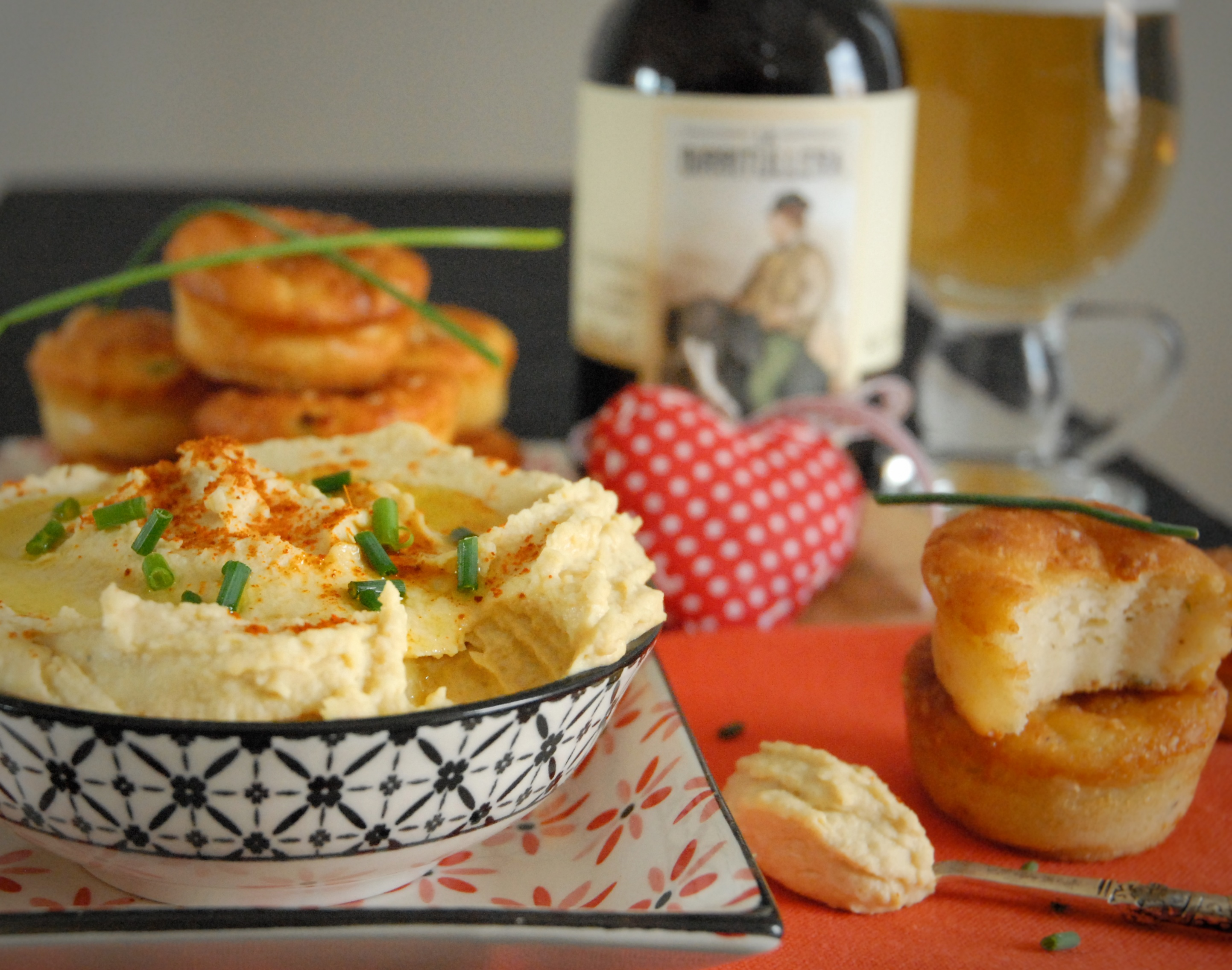 Muffin al caprino ed erbe miste con hummus di ceci