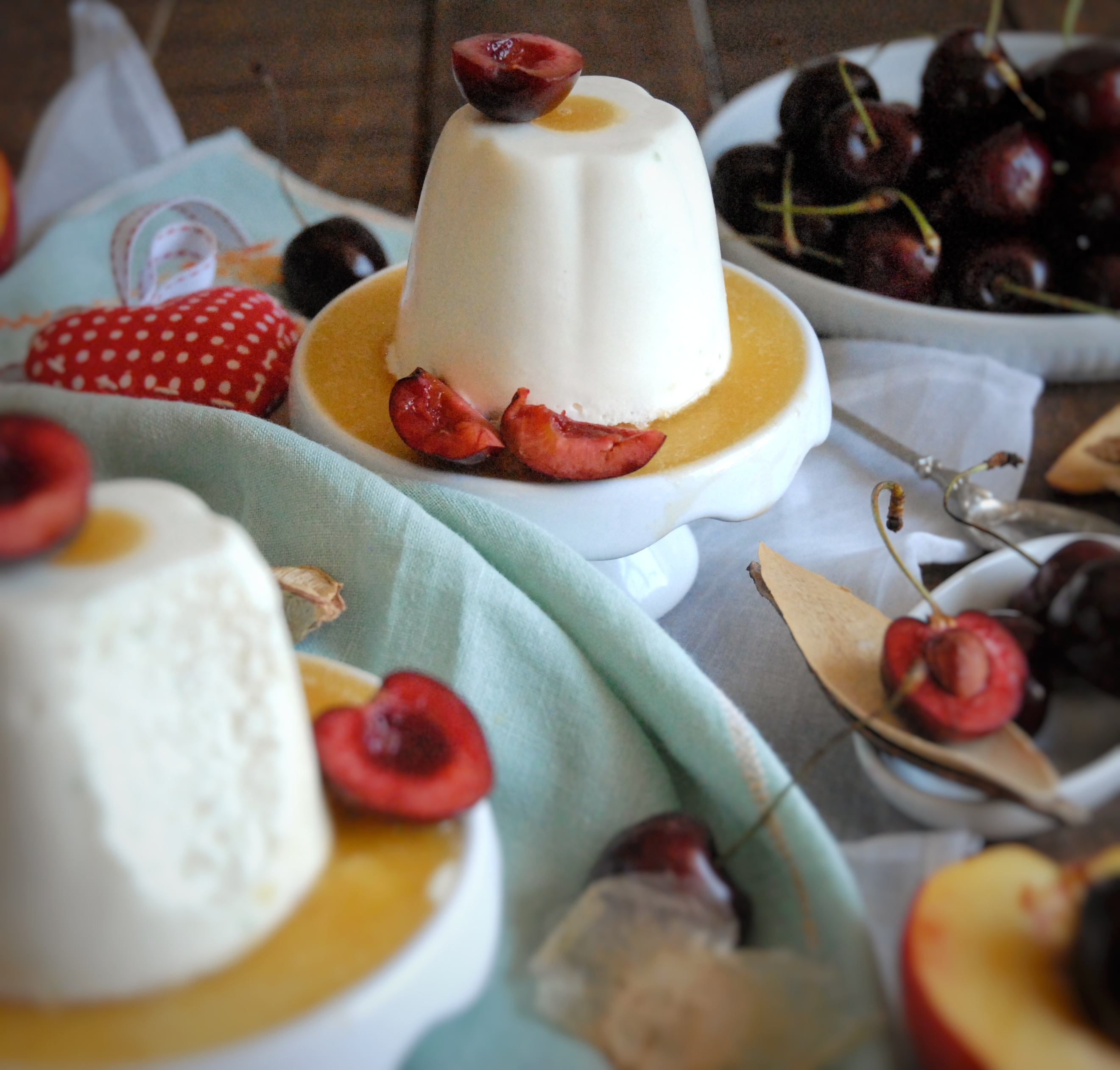 Mousse al cioccolato bianco con salsa di pesche e ciliegie fresche
