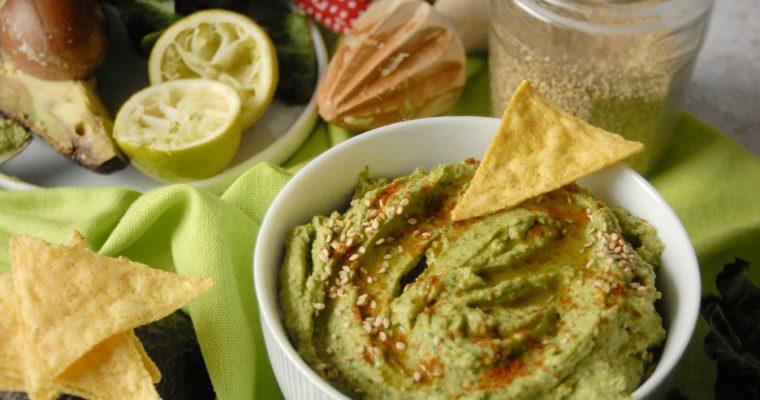 Hummus di ceci con avocado e spinaci freschi
