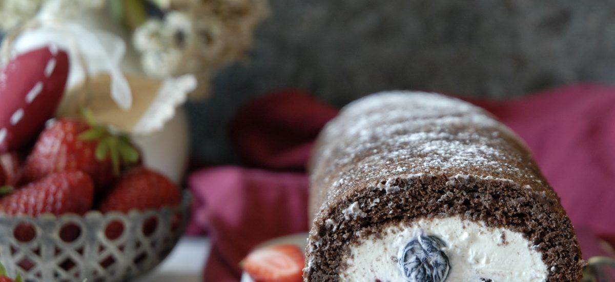 Rotolo al cacao con frutti di bosco