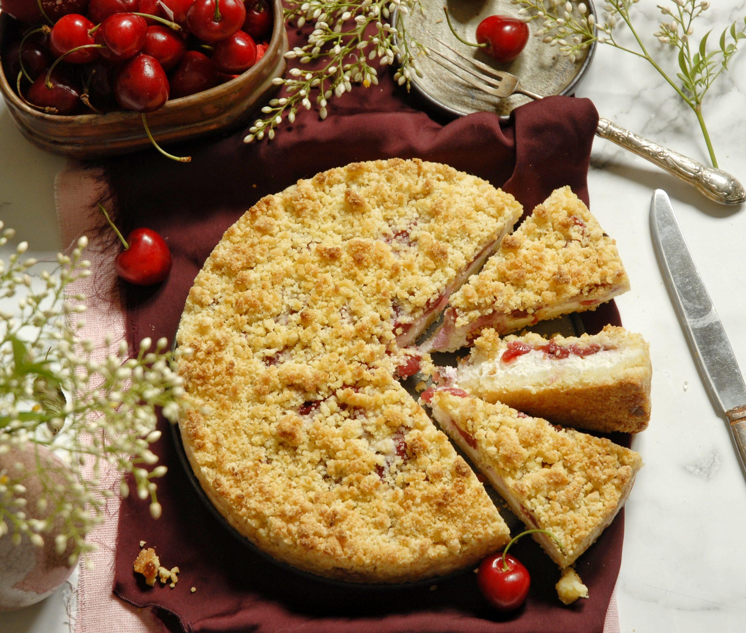 Torta sbriciolata di ricotta con ciliegie e salvia