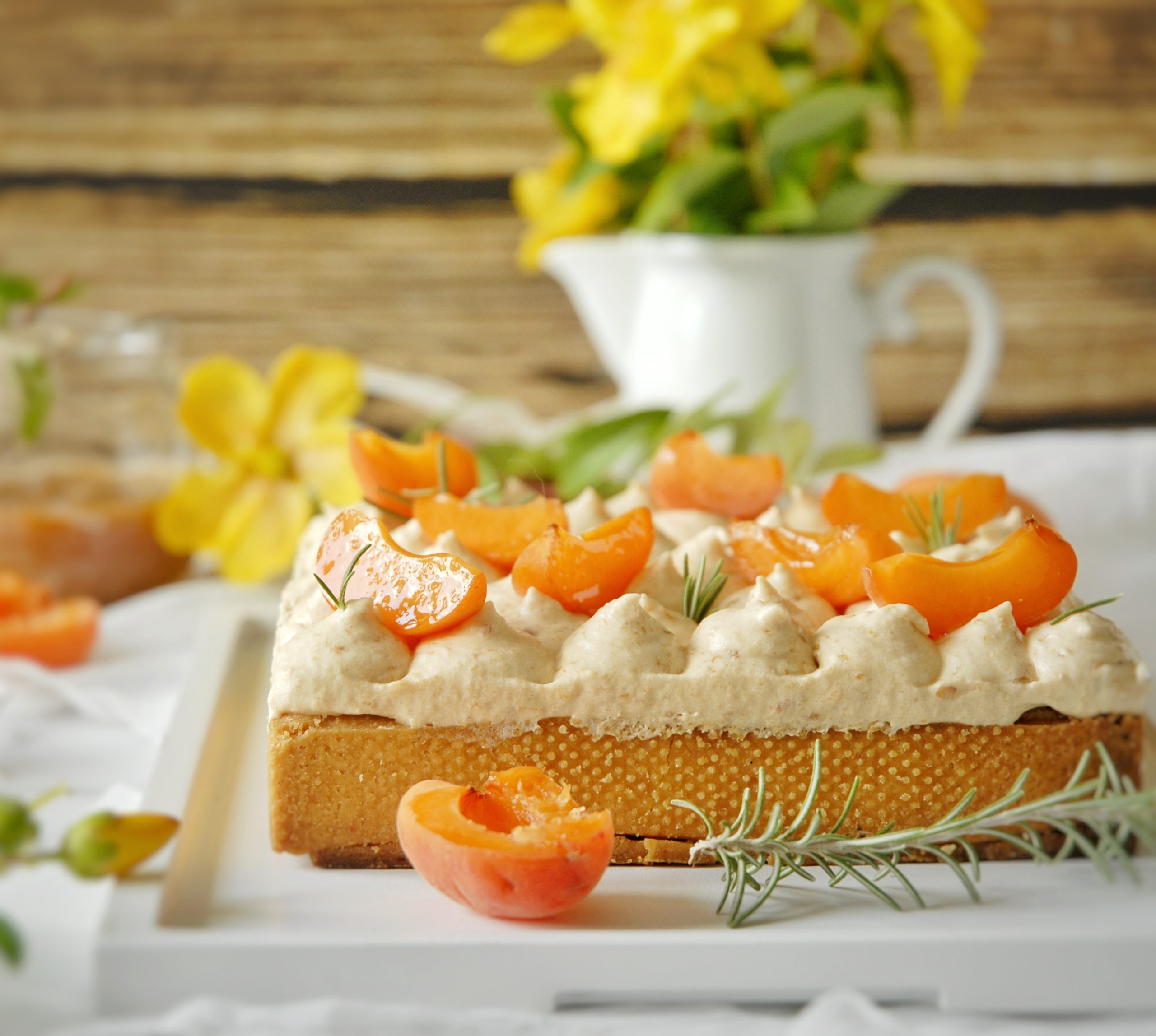 Crostata con frangipane al rosmarino e albicocche