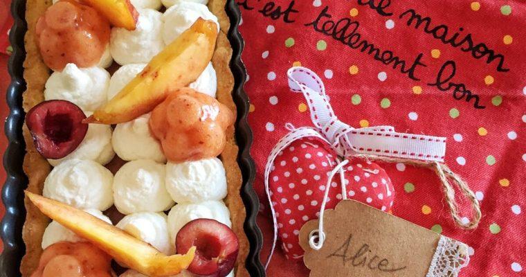 Crostata di pesche e ciliegie con mousse bianca