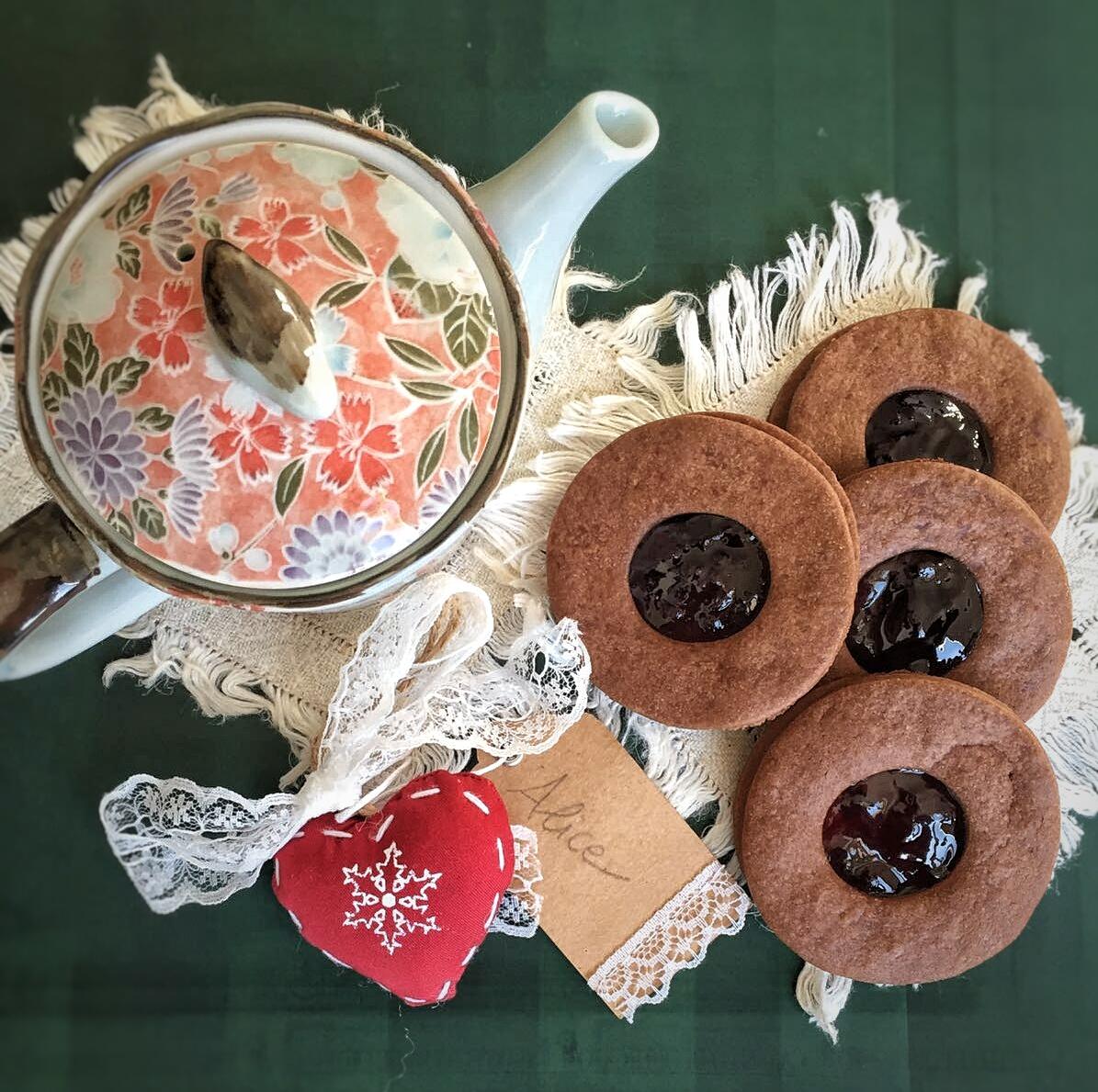 Occhi di bue al cacao con confettura di ciliegie