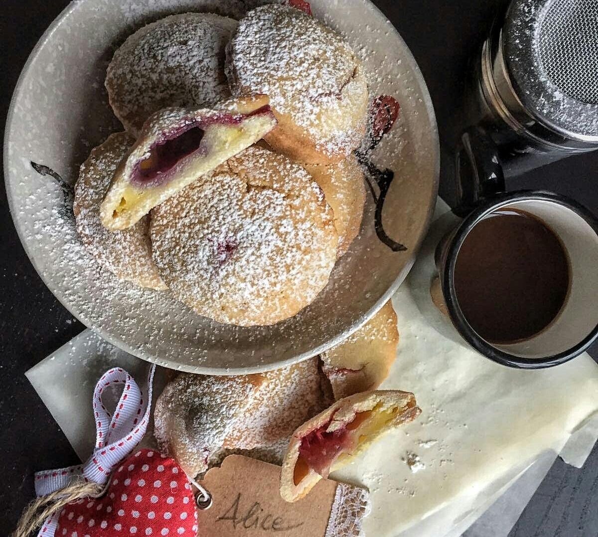 Biscotti ripieni di crema e frutti di bosco