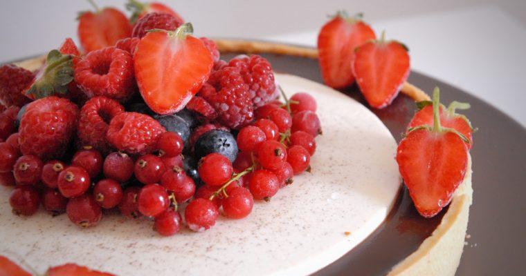 Crostata di panna cotta con cioccolato e frutti di bosco