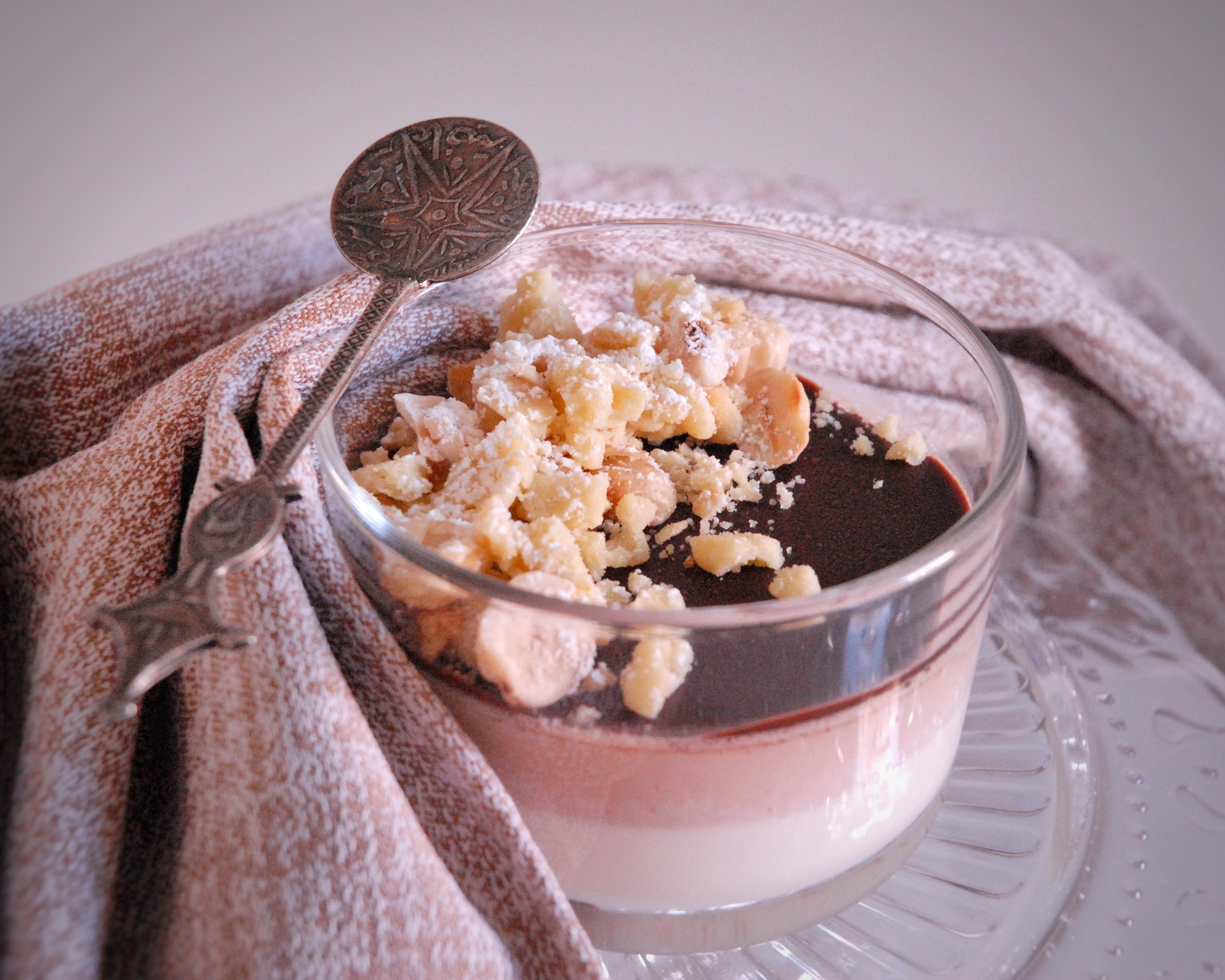 Panna cotta nocciola e vaniglia con crumble di frolla e nocciole tostate