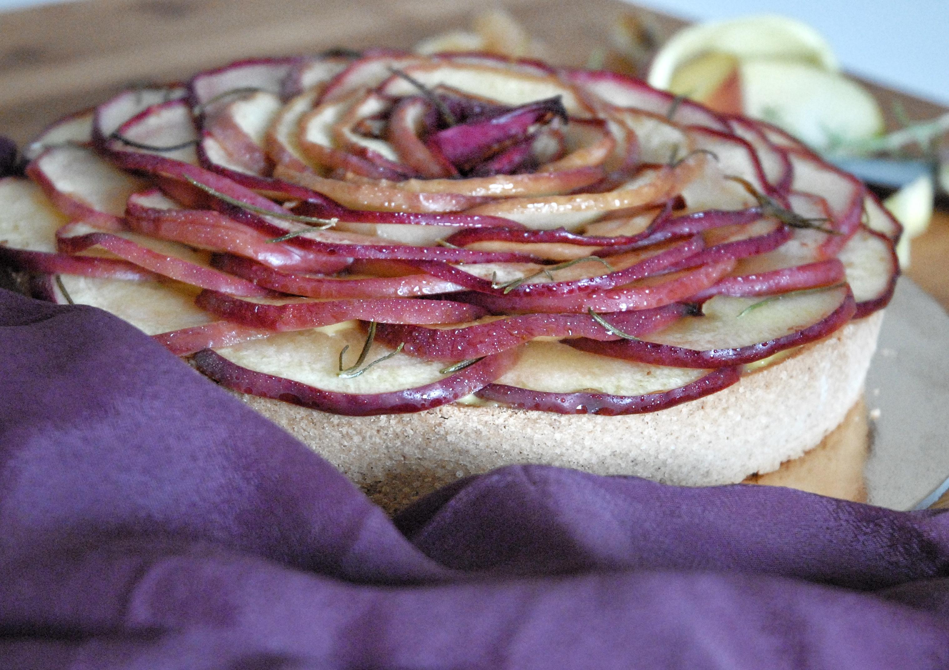 Crostata alla castagna con crema, mele e rosmarino