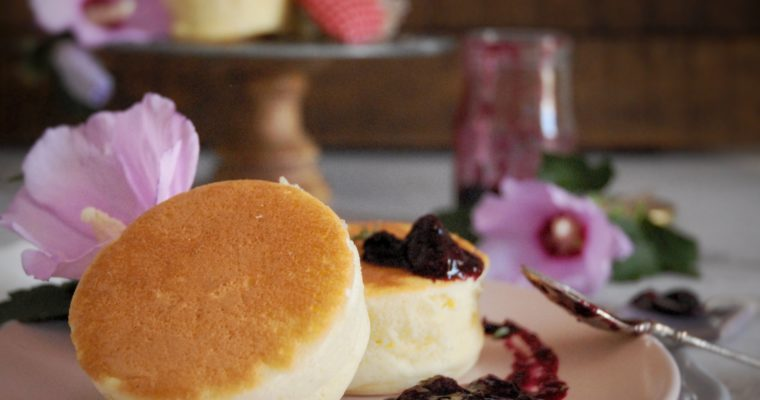 Pancakes giapponesi con composta di mirtilli e timo