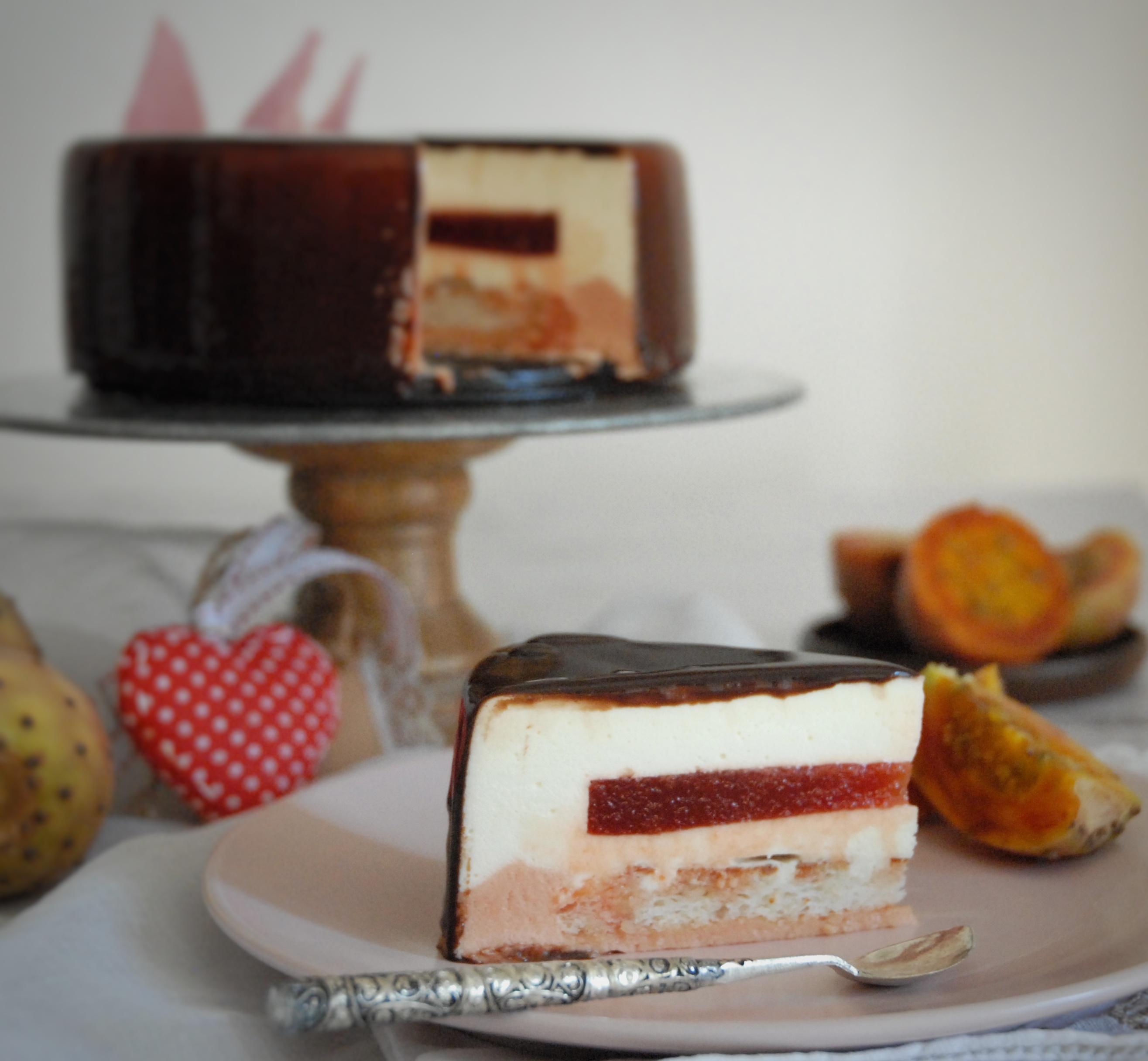 Mousse cioccolato bianco con fichi d'india e daquoise alle mandorle