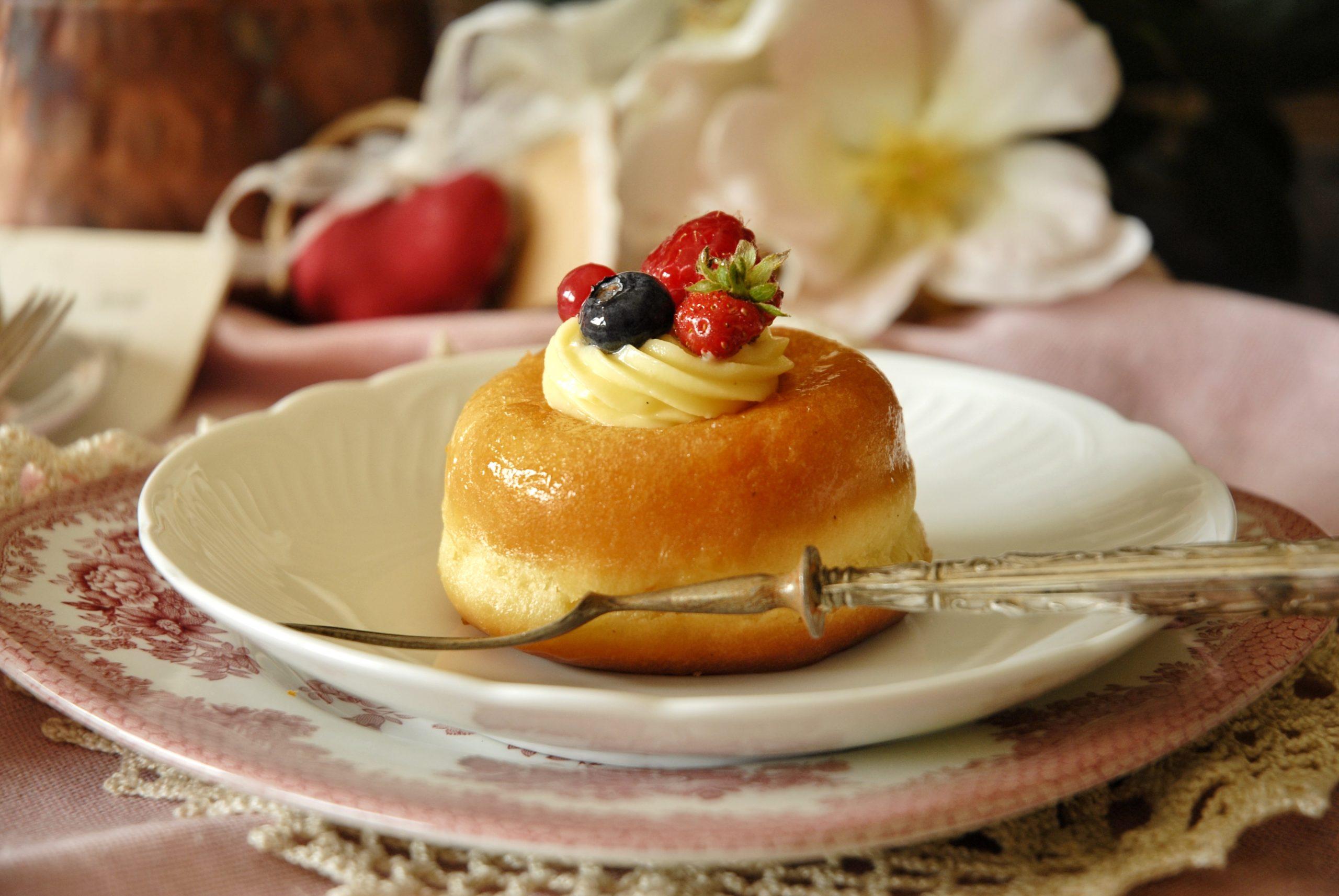 Savarin con crema pasticcera e frutta
