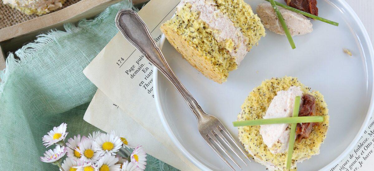 Sandwich di pan di spagna salato con mousse di prosciutto arrosto
