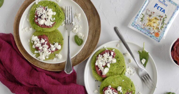 Pancakes di spinaci con hummus di barbabietola e feta