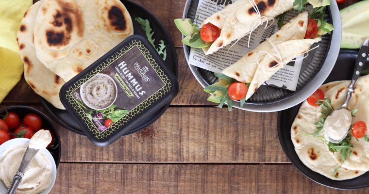 Wrap con hummus, avocado, pomodorini e rucola