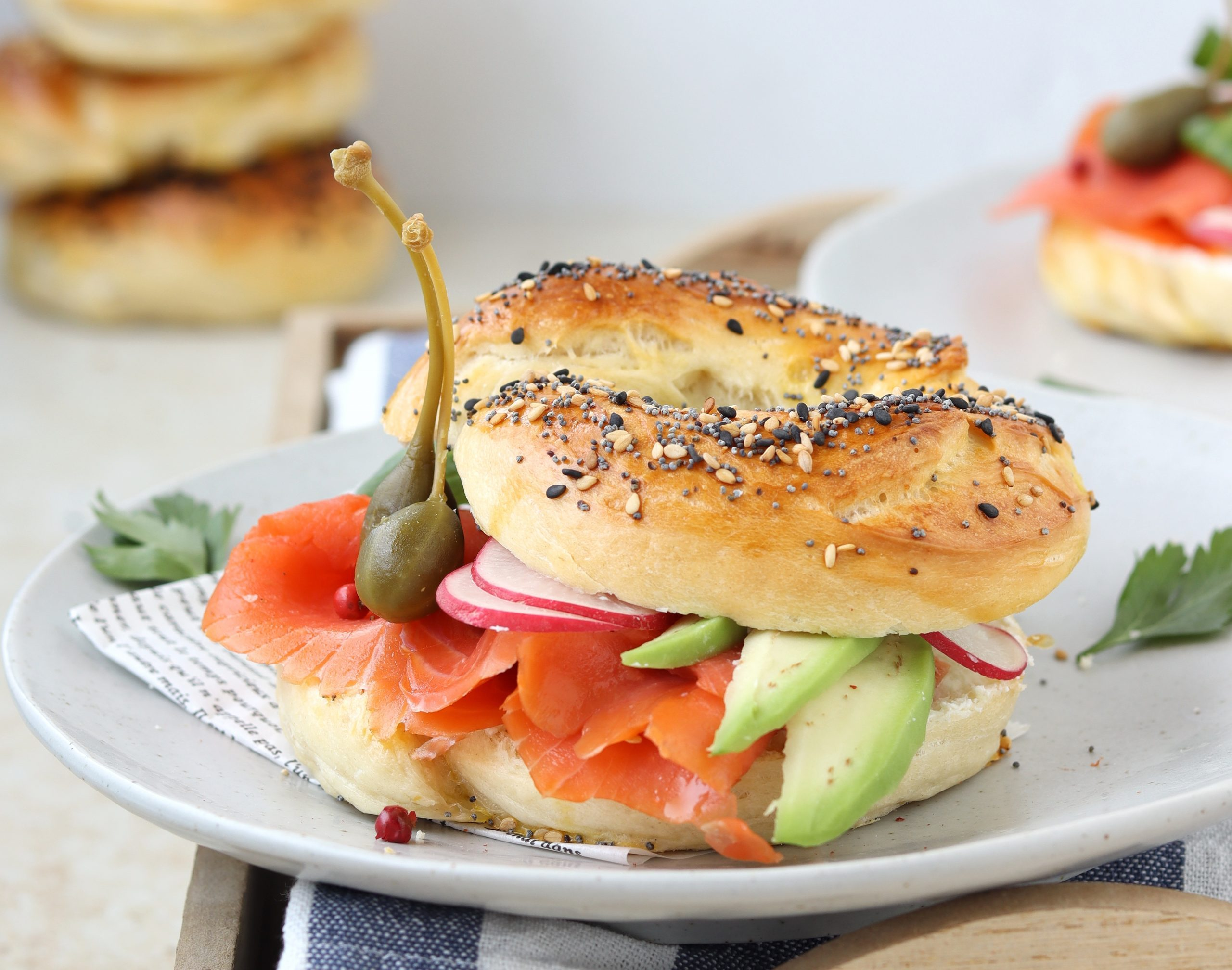 Bagels con salmone e avocado