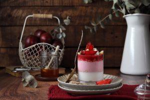 coppa di yogurt greco, susine rosse e miele