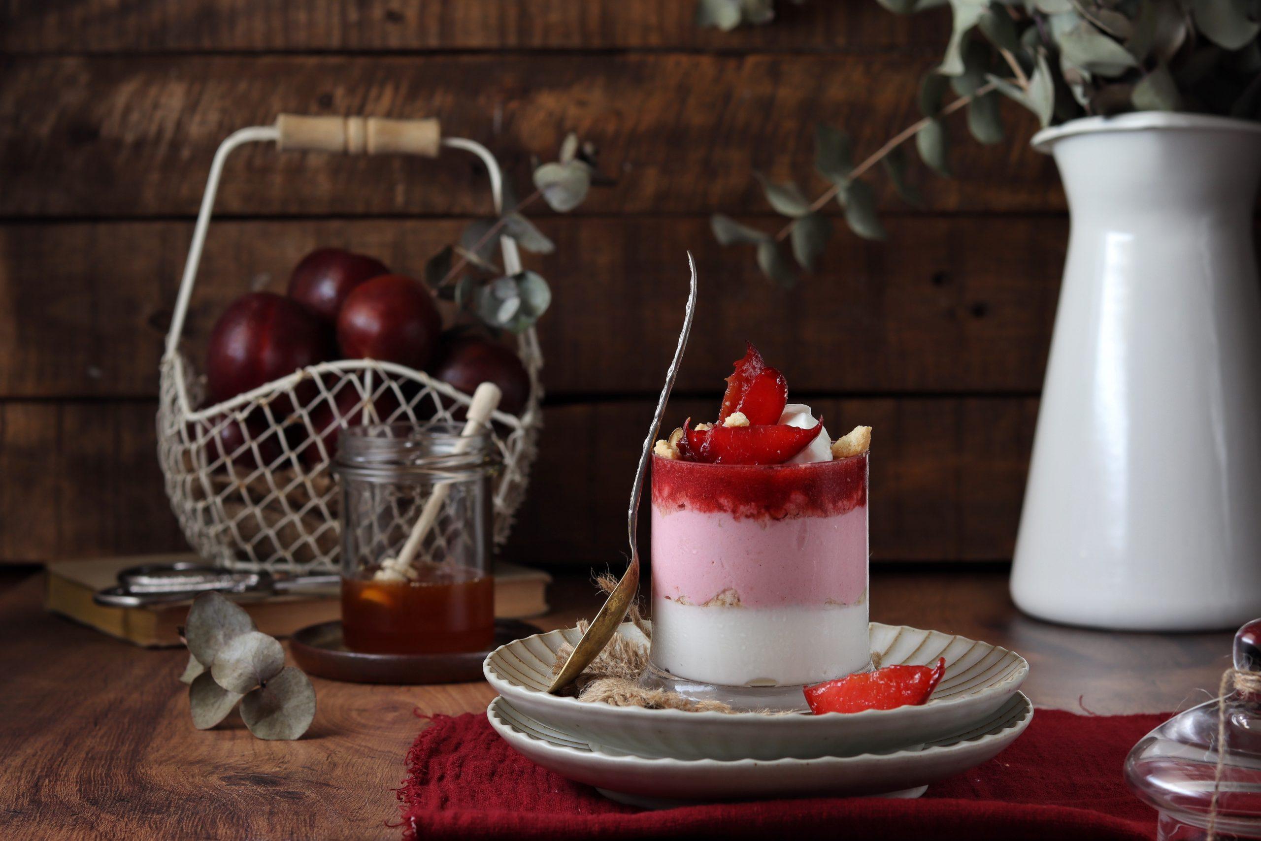 Coppa di yogurt, susine rosse e miele