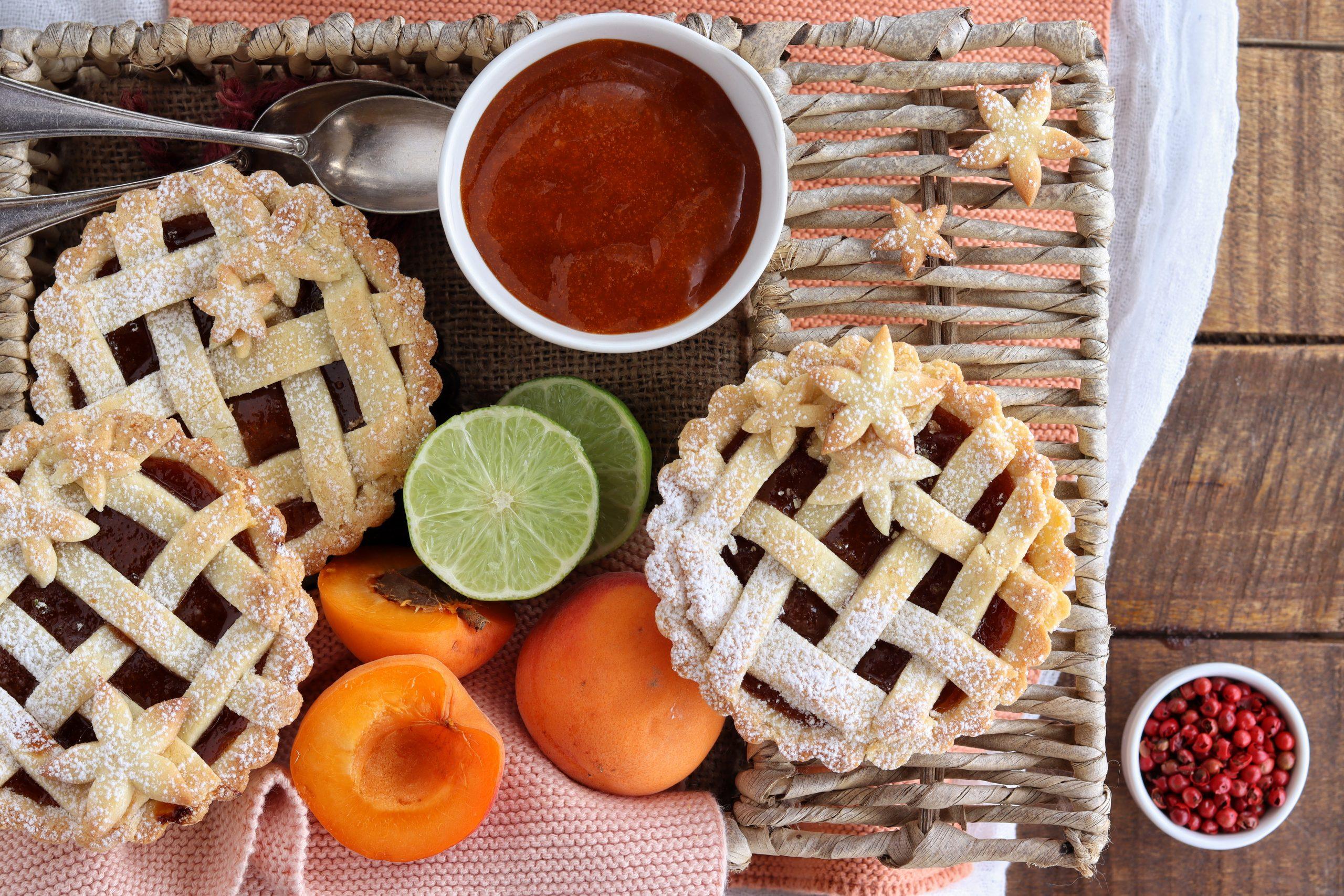 Crostatine all'albicocca, lime e pepe rosa