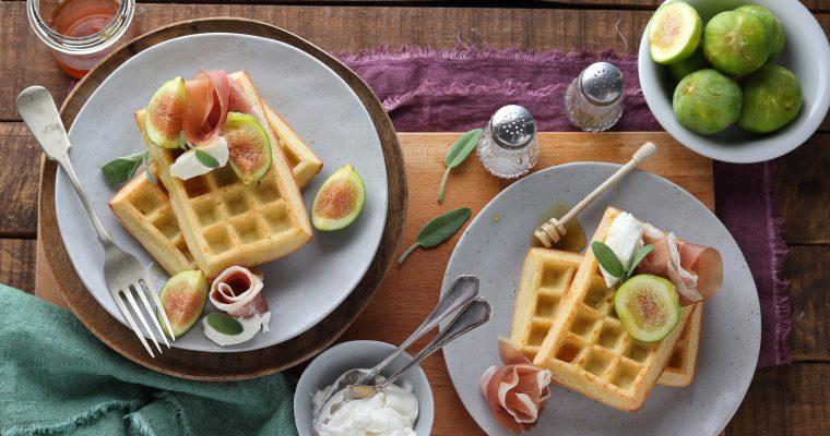 Waffle salati con fichi, caprino e prosciutto crudo