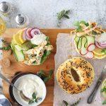 bagels con pollo alle erbe e salsa alla senape